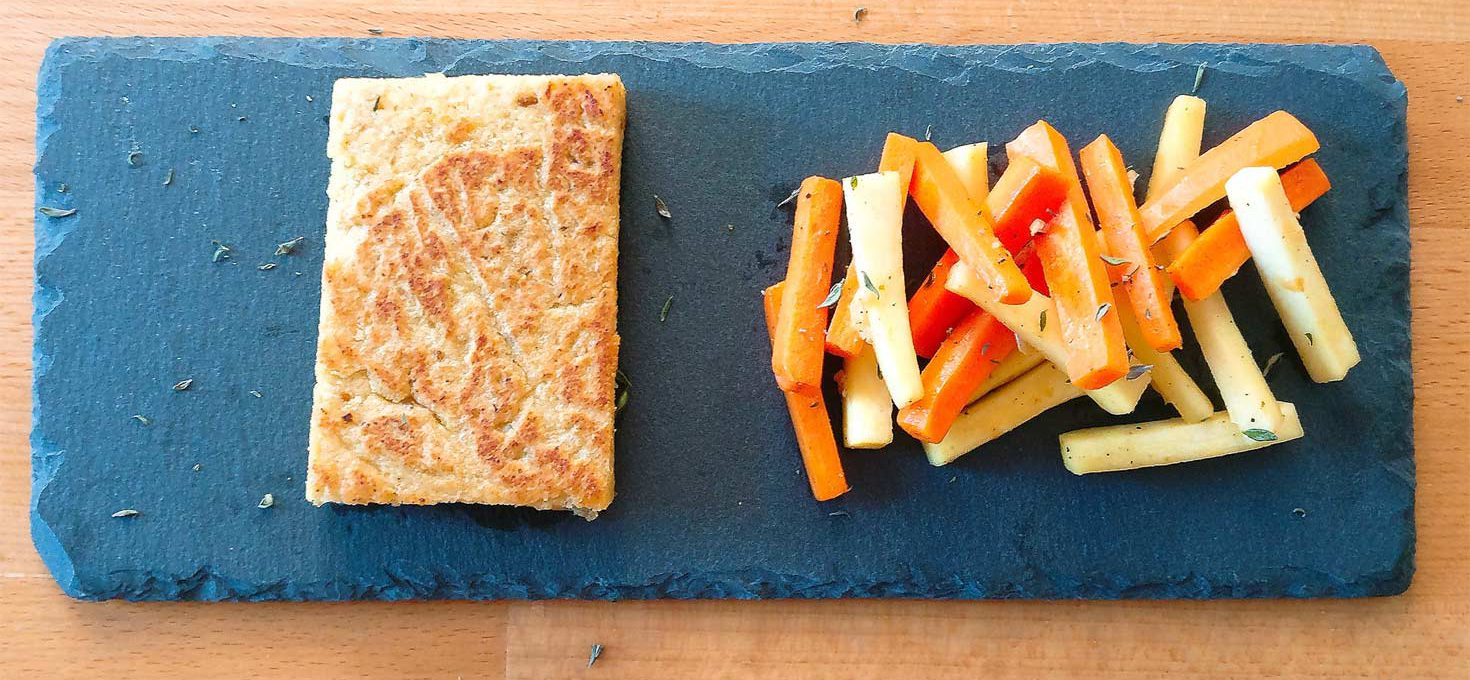 Kichererbsen-Tofu mit Karotten-Pastinaken-Gemüse