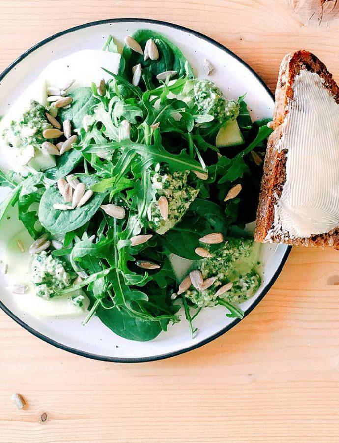Kohlrabi-Spinat-Salat mit Rucola-Pesto