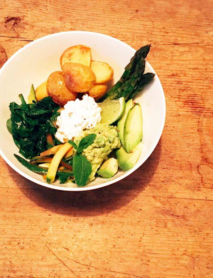 Grüne Bowl mit Erbsen-Hummus