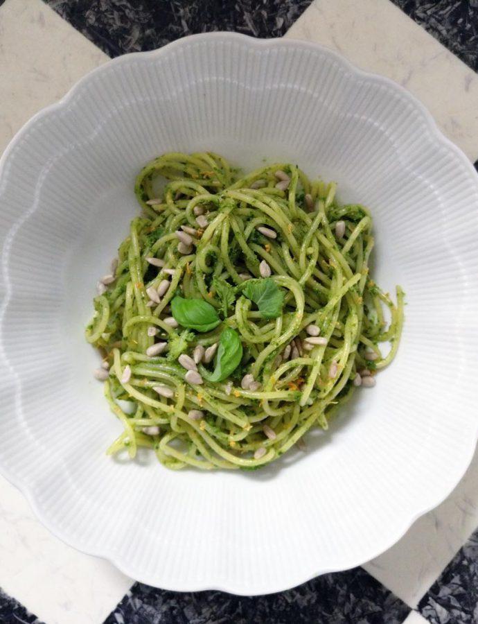 Kohlrabiblatt-Pesto mit Basilikum