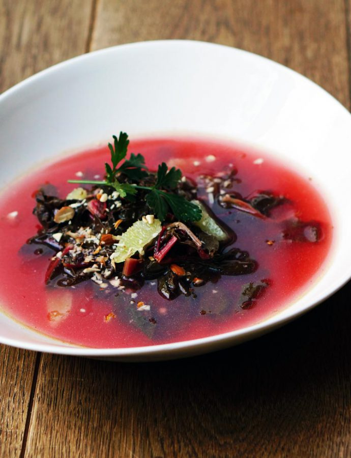 Lila Limetten-Suppe mit Mangold und Mandel