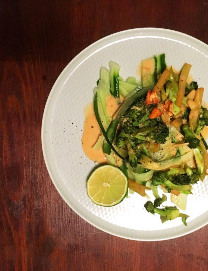 Gerösteter Brokkoli auf Gurkensteifen mit Erdnusssauce
