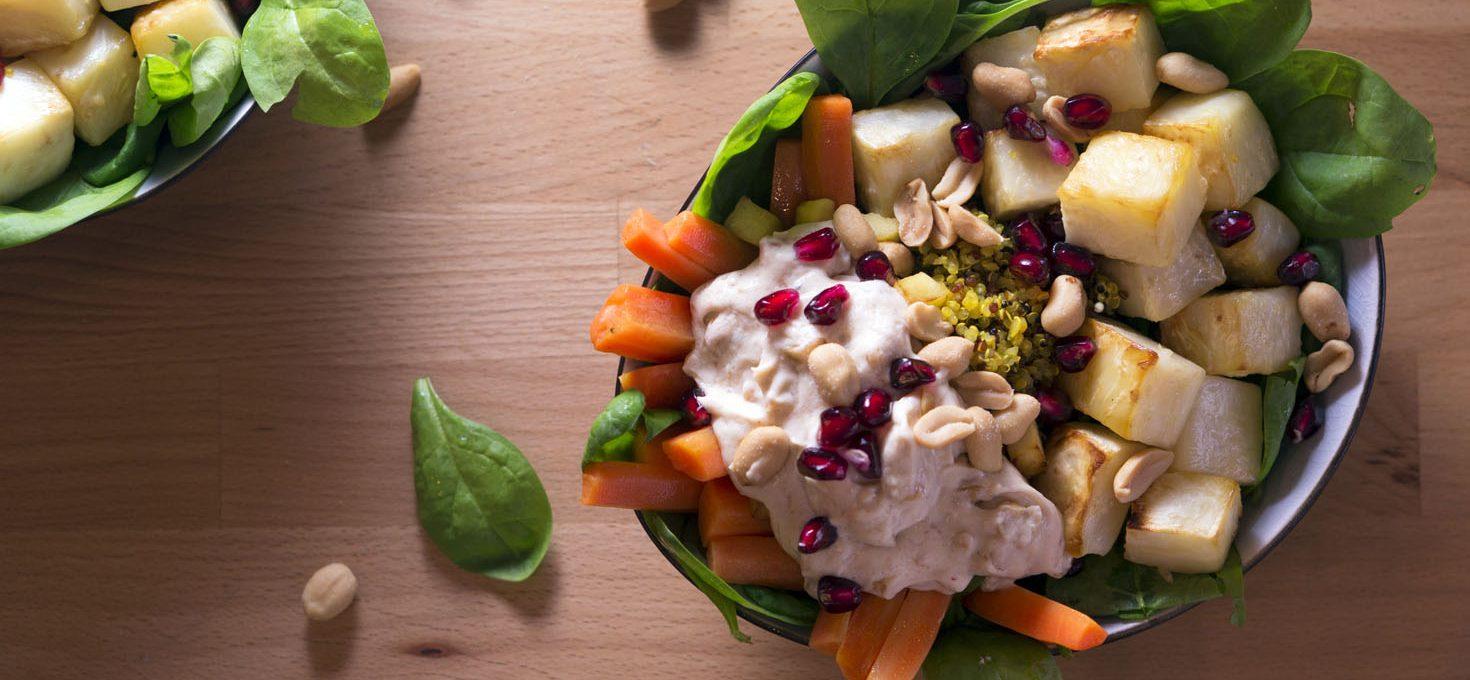 Bowl mit Rübchen, Sellerie, Spinat und Cocos-Erdnuss-Dip