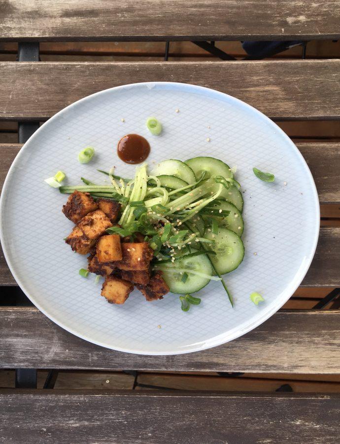 Gurkensalat mit Knusper-Tofu