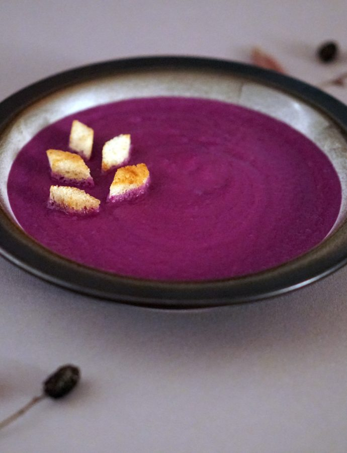 Rotkohl-Suppe mit Zimt-Croutons