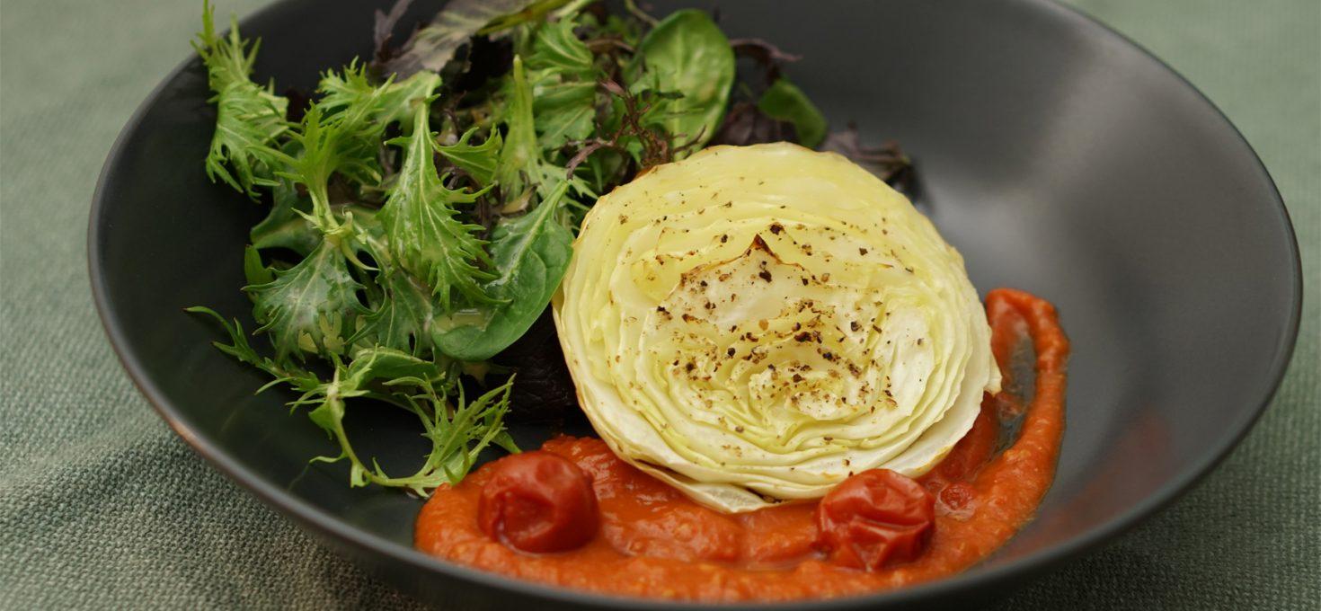 Weißkohl-Steak mit Tomaten und Kräutersalat
