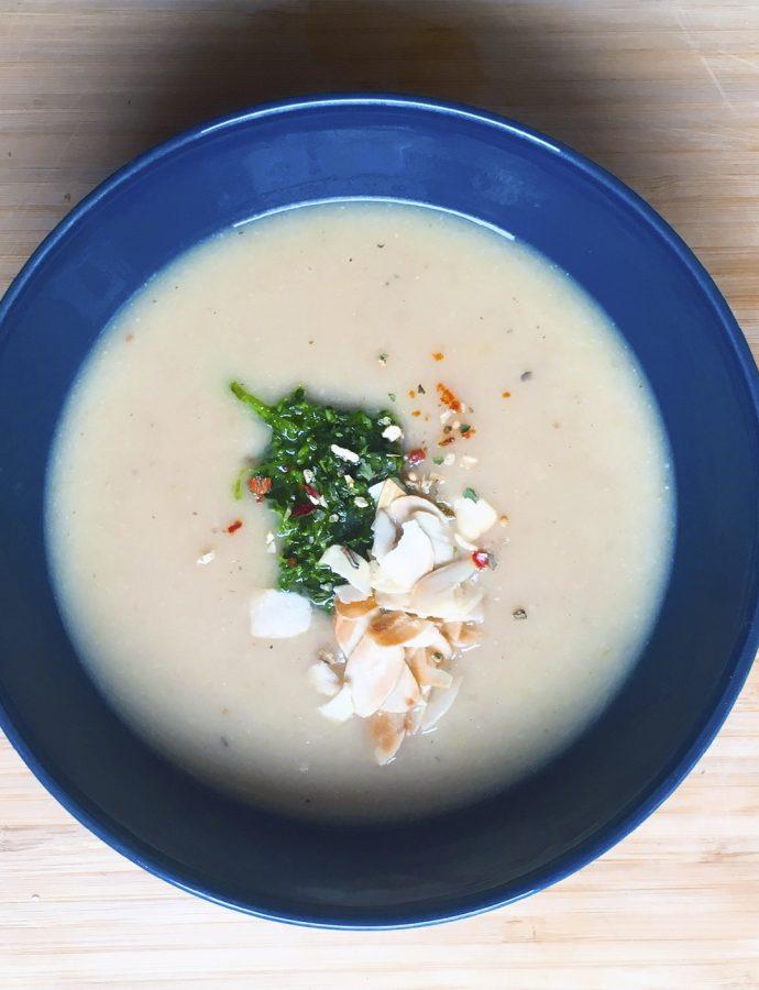 Fenchel-Sellerie-Suppe mit Petersilienpaste und Mandeln
