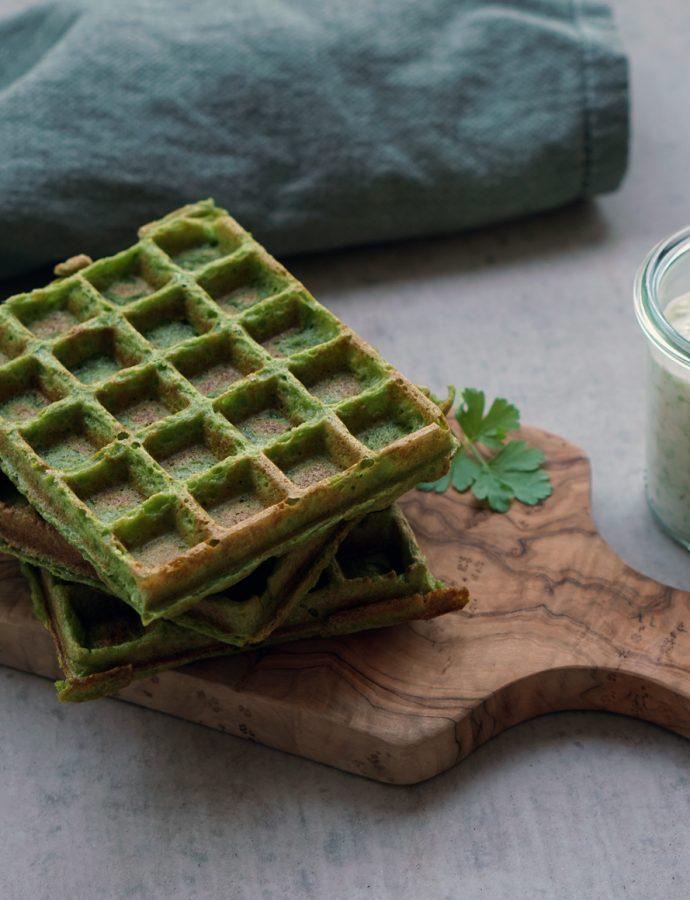 Grüne Spinat-Waffeln mit Tsatsiki