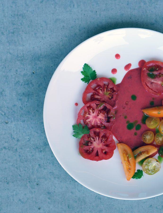 Tomaten mit Erdbeer-Dressing und Schnittlauchöl