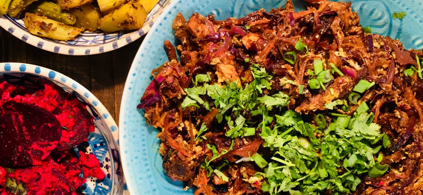 Indisches Karotten-Rotkohl-Pfannengericht mit Roti