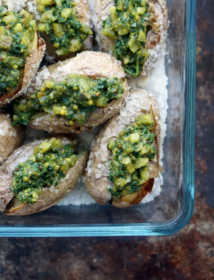 Kartoffeln aus dem Ofen mit grüner Salsa