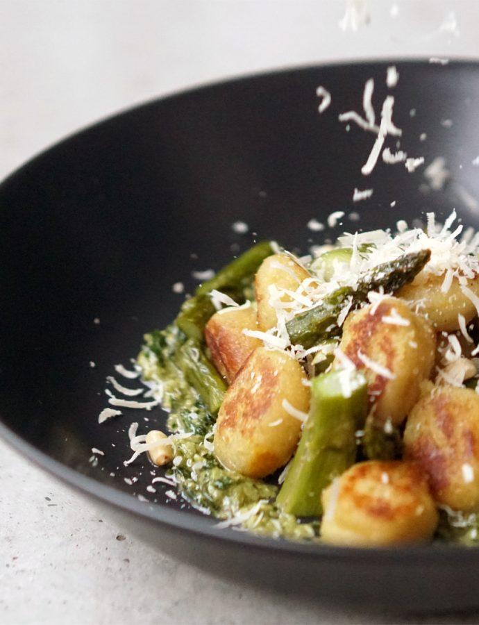Gnocchi mit Basilikum-Pesto und grünem Spargel